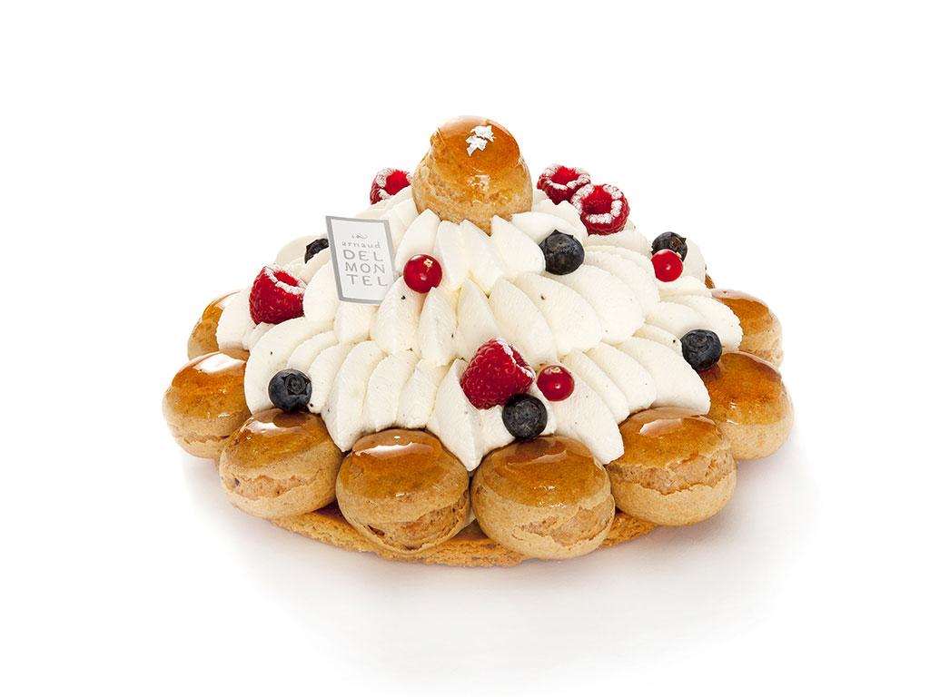 Saint-Honoré : Chantilly, mini choux vanille et sablé breton.