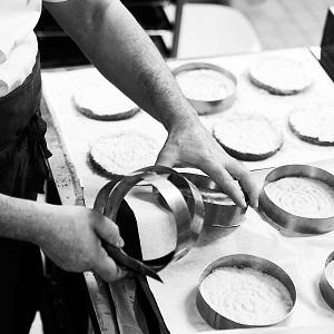 Moules en cercle qui servent à faire le biscuit dacquoise, artisan boulanger pâtissier à Paris