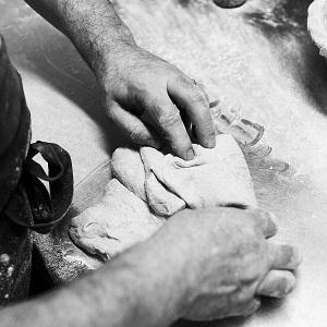 Mains d'Arnaud Delmontel façonnant un pâton de pain, artisan boulanger pâtissier à Paris
