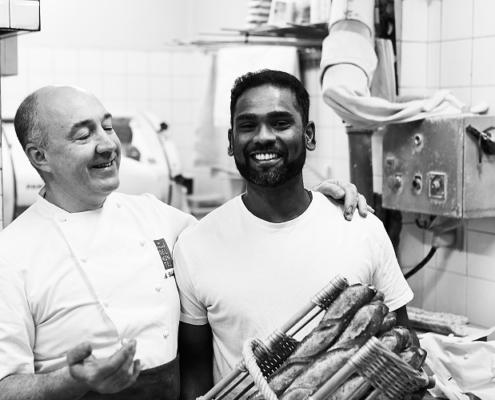 Arnaud Delmontel et un des boulangers das le fournil de la boulangerie rue des Martyrs
